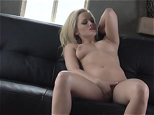 Alexis Texas loves thumping her fingers in and out of her greasy cootchie
