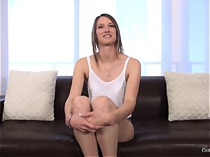 Sophia Wilde in her knuckle casting session