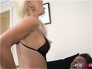 Swedish Miss Lynna prefers not to be creampied
