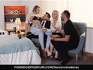 LOS CONSOLADORES - voluptuous Vyvan Hill in warm three way