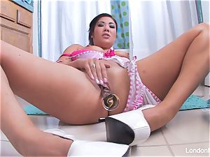 huge-titted London Keyes uses a fucktoy